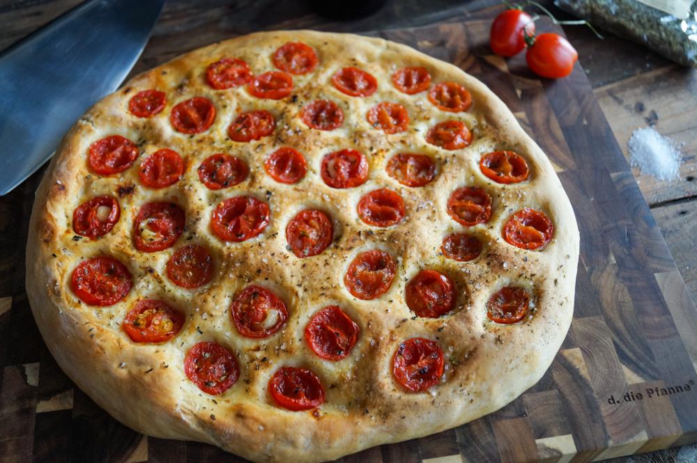 Focaccia mit Tomaten und Meersalz