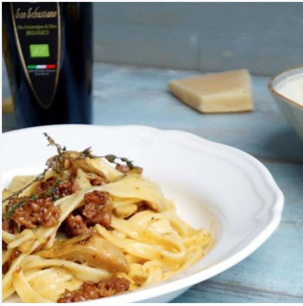 Fettuccine Carbonara con salsiccia e carciofi