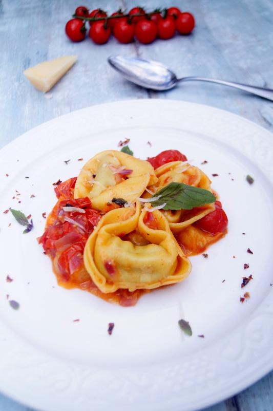 Tortelloni ricotta e spinaci all pomodorini misti