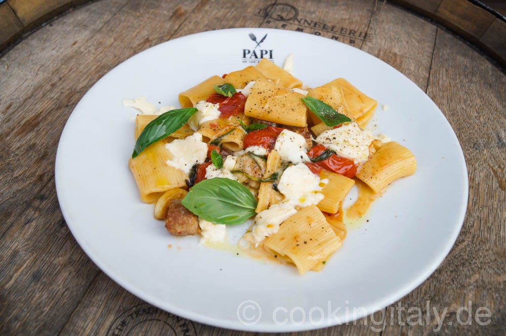 Paccheri mit Salsiccia, Datteltomaten und Büffelmozzarella
