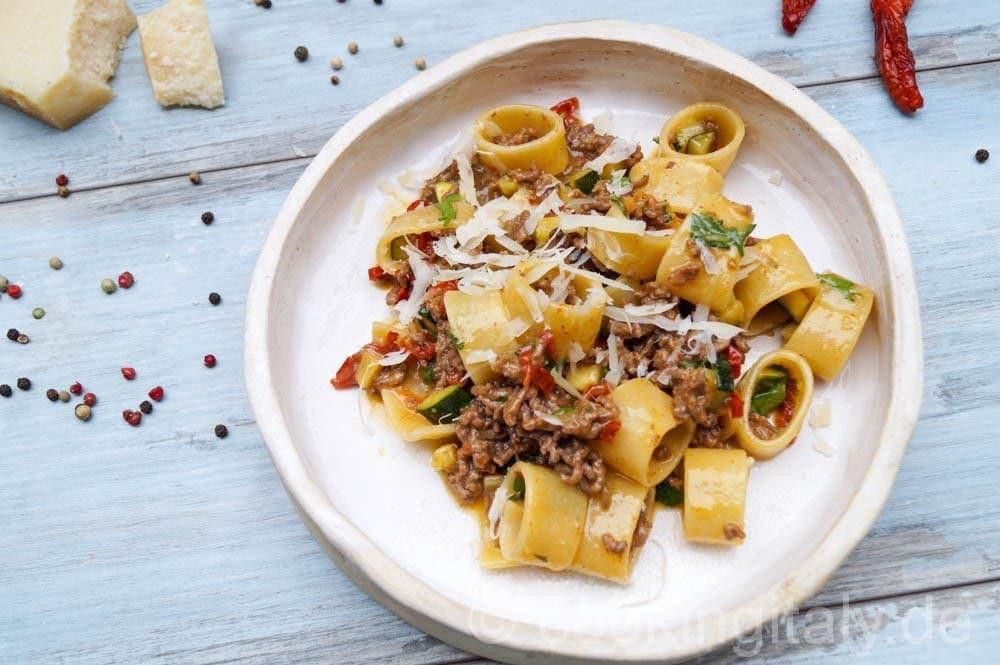 Calamarata mit Zucchini und Hackfleisch nach Carbonara Art