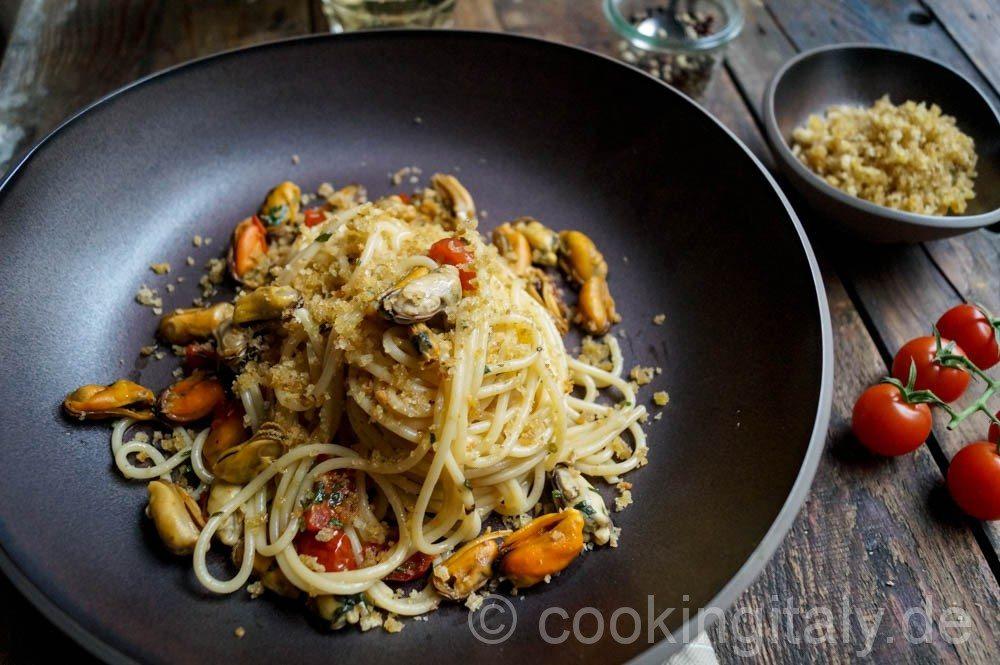 Spaghetti cozze e mollica - Spaghetti mit Muscheln und geröstetem Brot