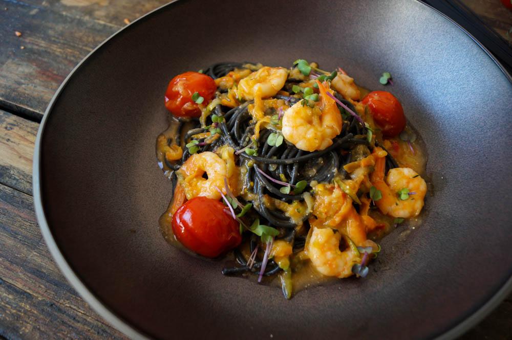 Sepia Tonarelli mit Crevetten in Hummerbutter an Zucchini-Karotten-Spänen