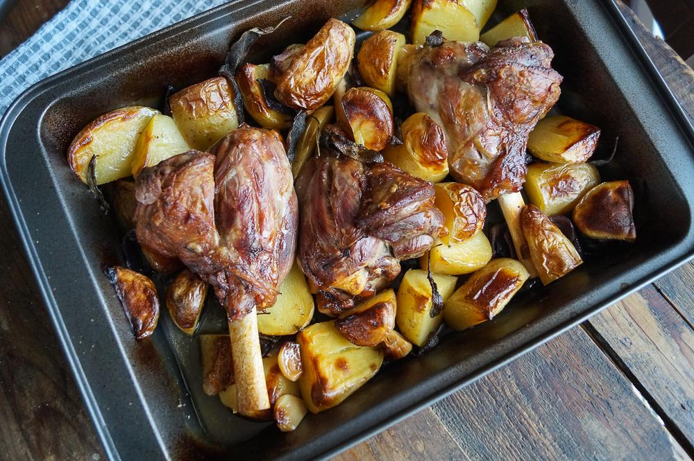 Lammkeulen mit Kartoffeln und Salbei