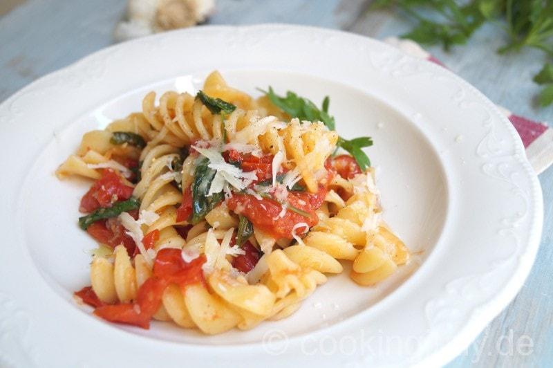 Sommer Pasta mit Rucola, Kirschtomaten, Zitrone und Sesam