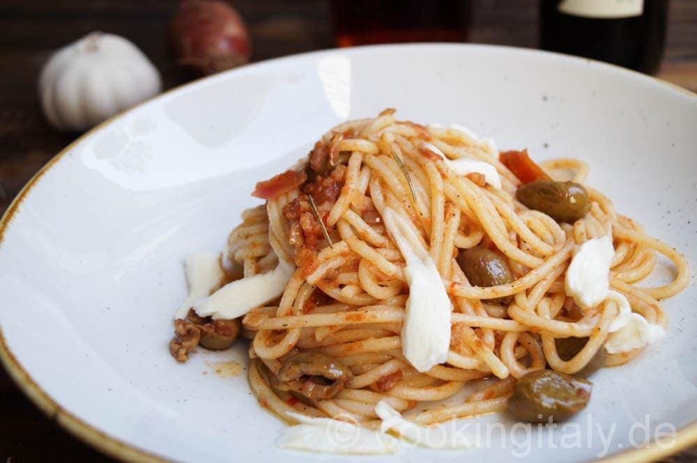 Spaghetti Pesto Rosso mit Oliven und Mozzarella
