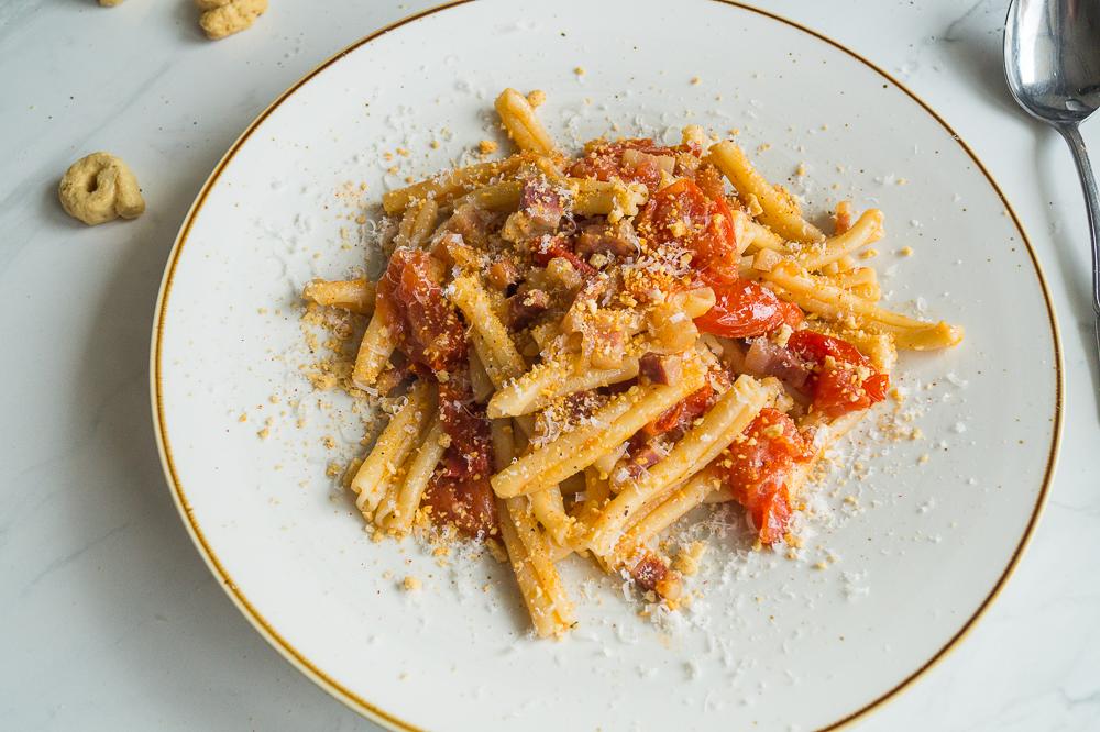 Casarecce al Pancetta e Pomodoro con Taralli