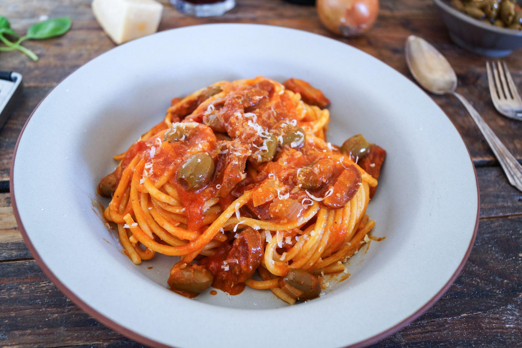 Spaghetti alla Chitarra con Salsiccia piccante e Olive verdi