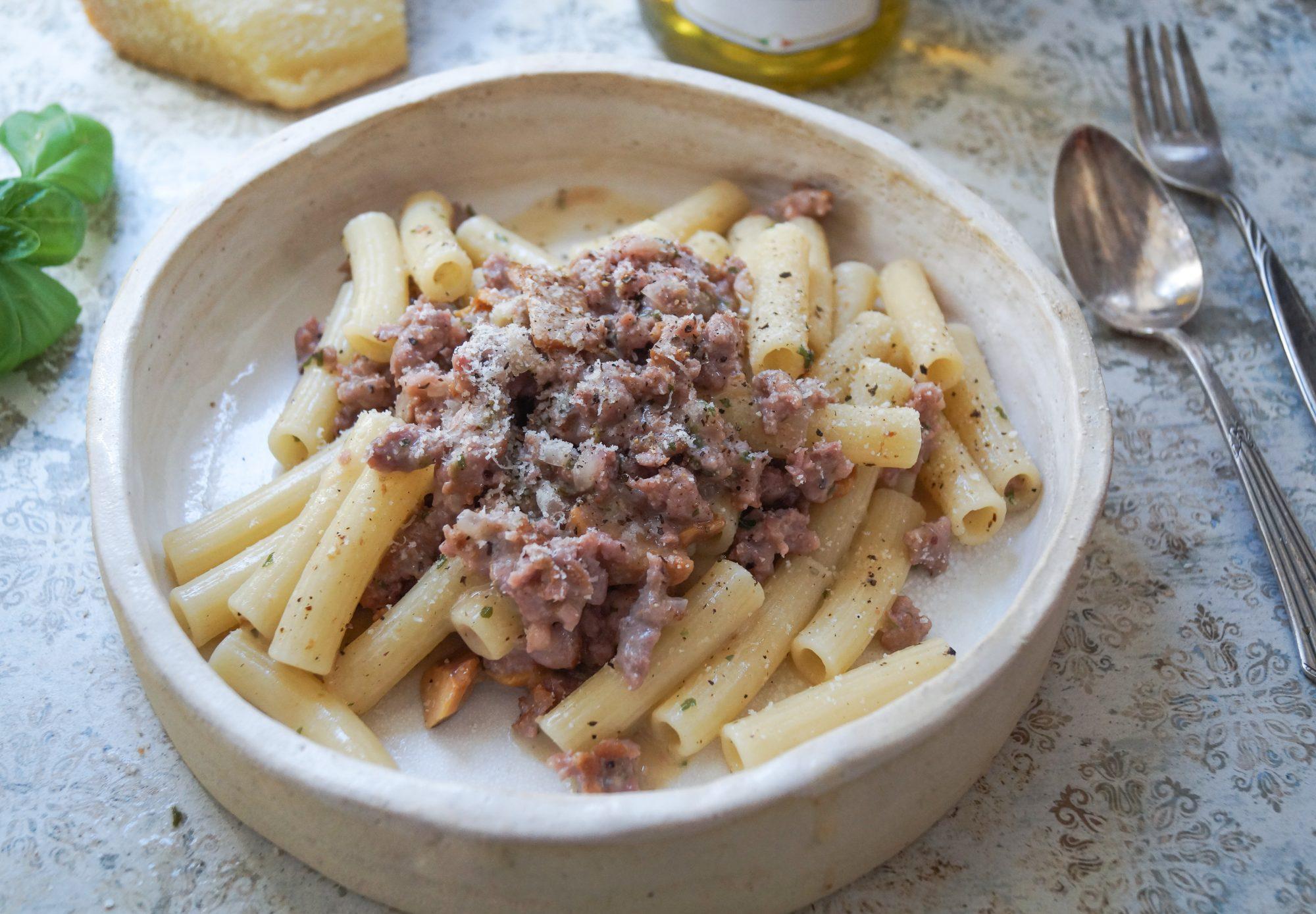 Rigatoni alla gricia mit Pfifferlingen und Salsiccia